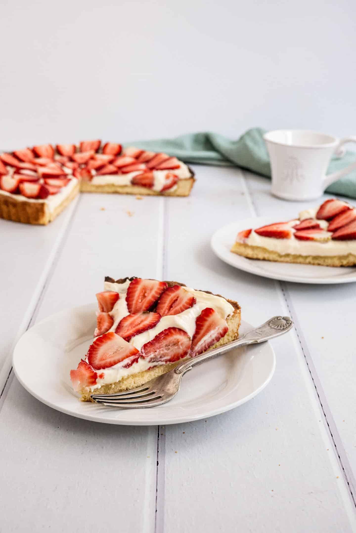 Nada es mejor que una tradicional tarta de frutillas y crema al momento del postre. Simple como una masa quebrada mantecosa, un relleno de crema suave y frutillas frescas por arriba.