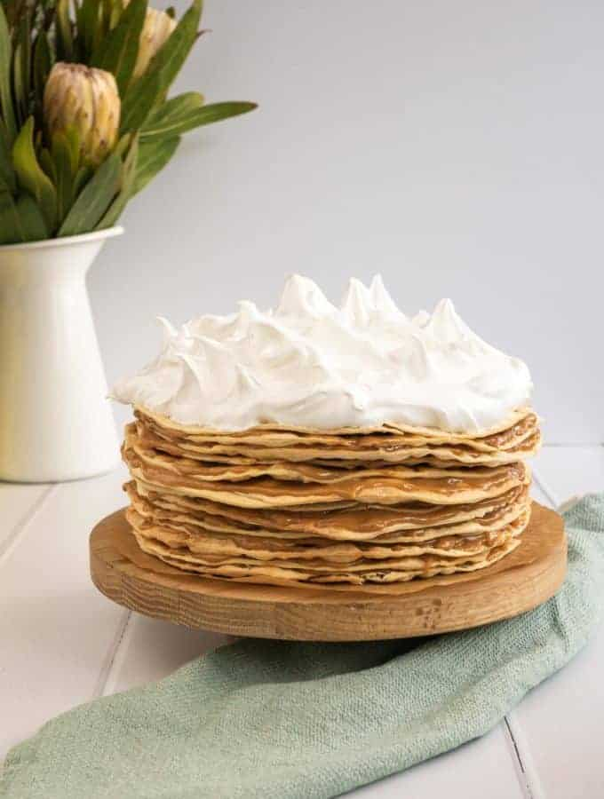 Whole Rogel cake with some flowers