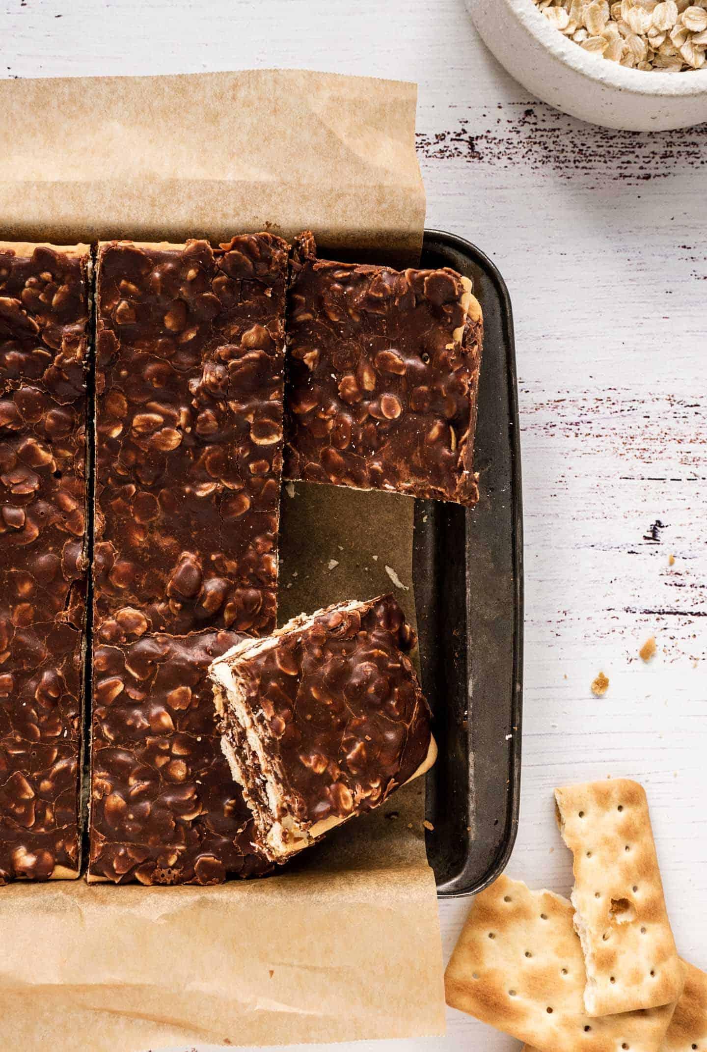 Turrón de chocolate derretido y avena en capas de galletitas secas, un clásico de la infancia de muchos argentinos.