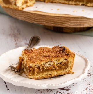 This Coconut and Dulce de Leche Tart is one of my favorites and an absolute Argentine classic. Very moist, sweet and with a citric touch, it's the perfect option for any occasion.